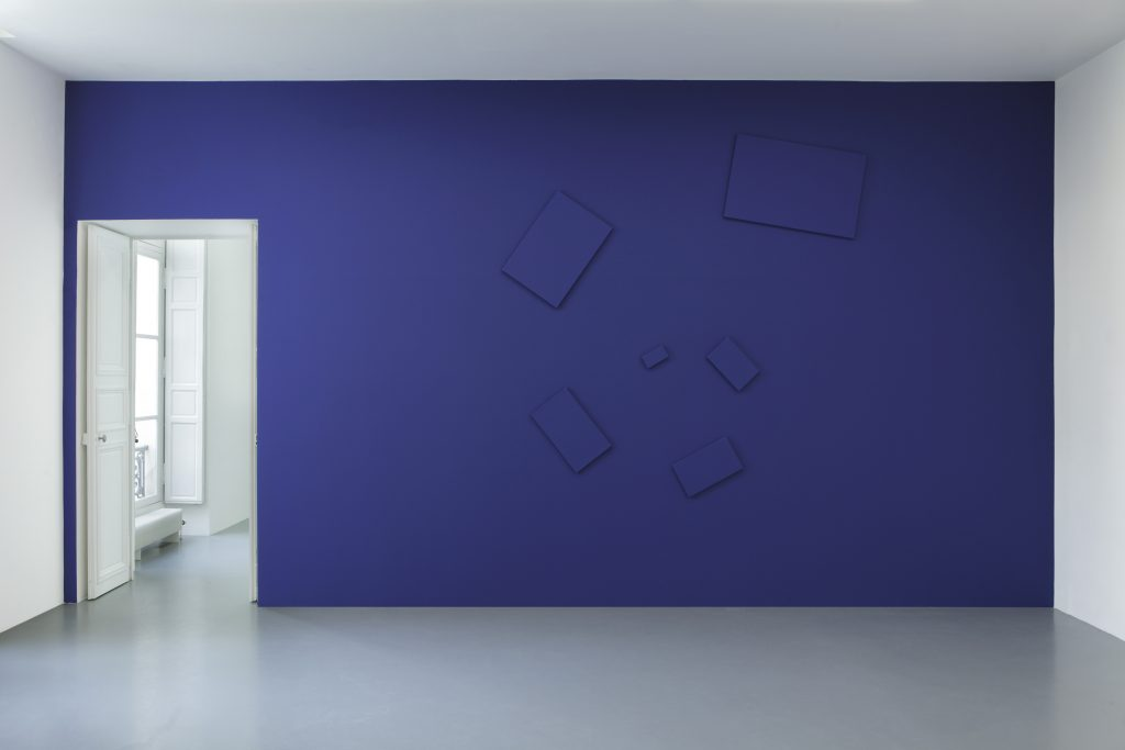 Paint on canvas Variable dimensions according to the actualization  Here: actualization on blue wall: 355 x 365 cm